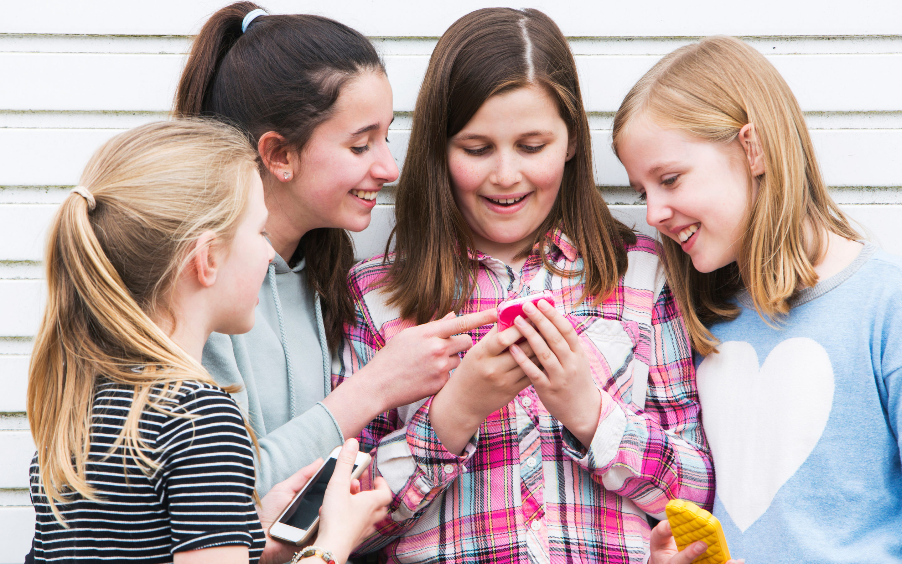 The 4 Best Practices For Keeping Your Child Safe While Using Cell Phones and Social Media